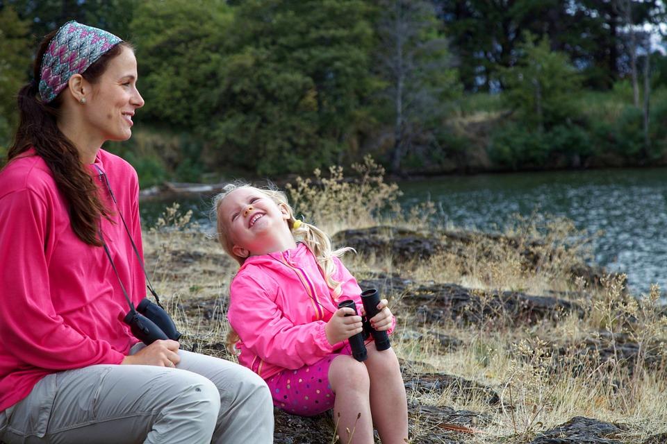 Madre e hija de paseo