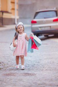 niña de compras