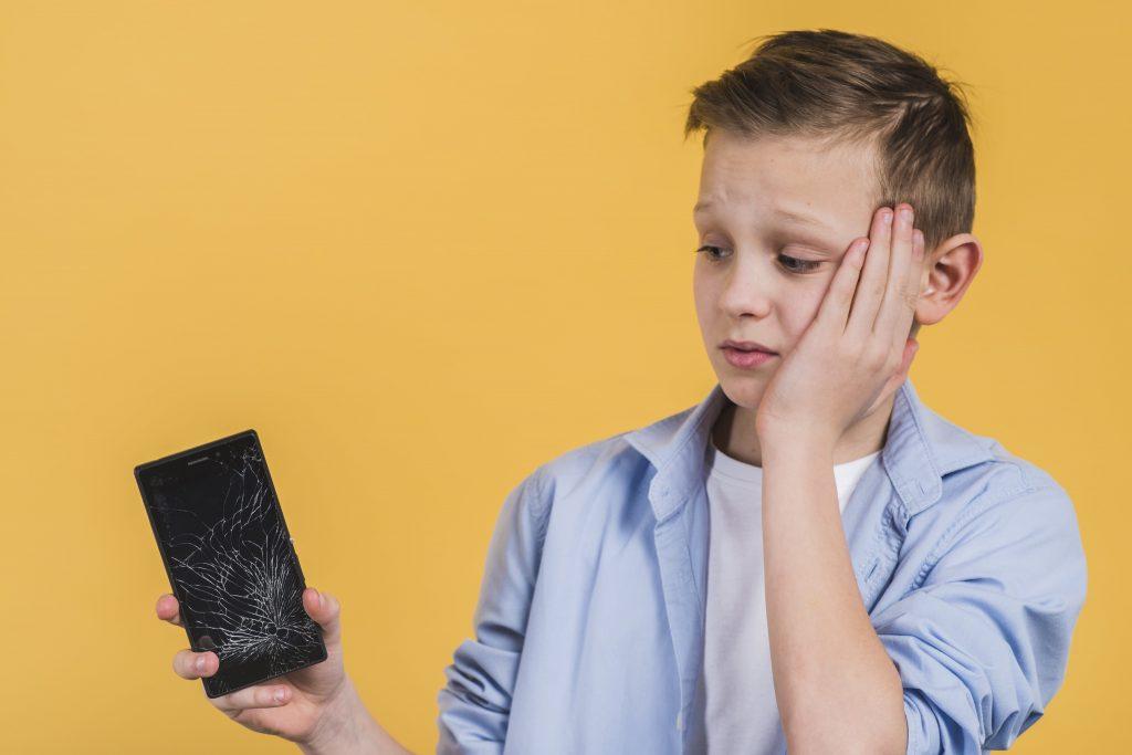 Niño con móvil